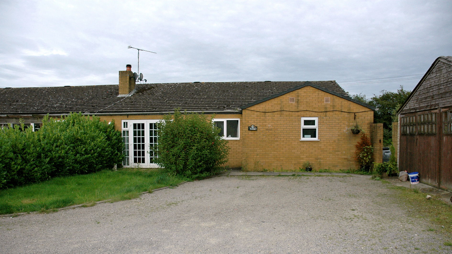 Bungalow & land for sale in Studham
